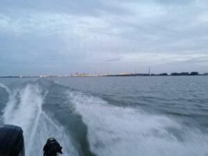 snoekbaars vangen vanuit een snelle motorboot
